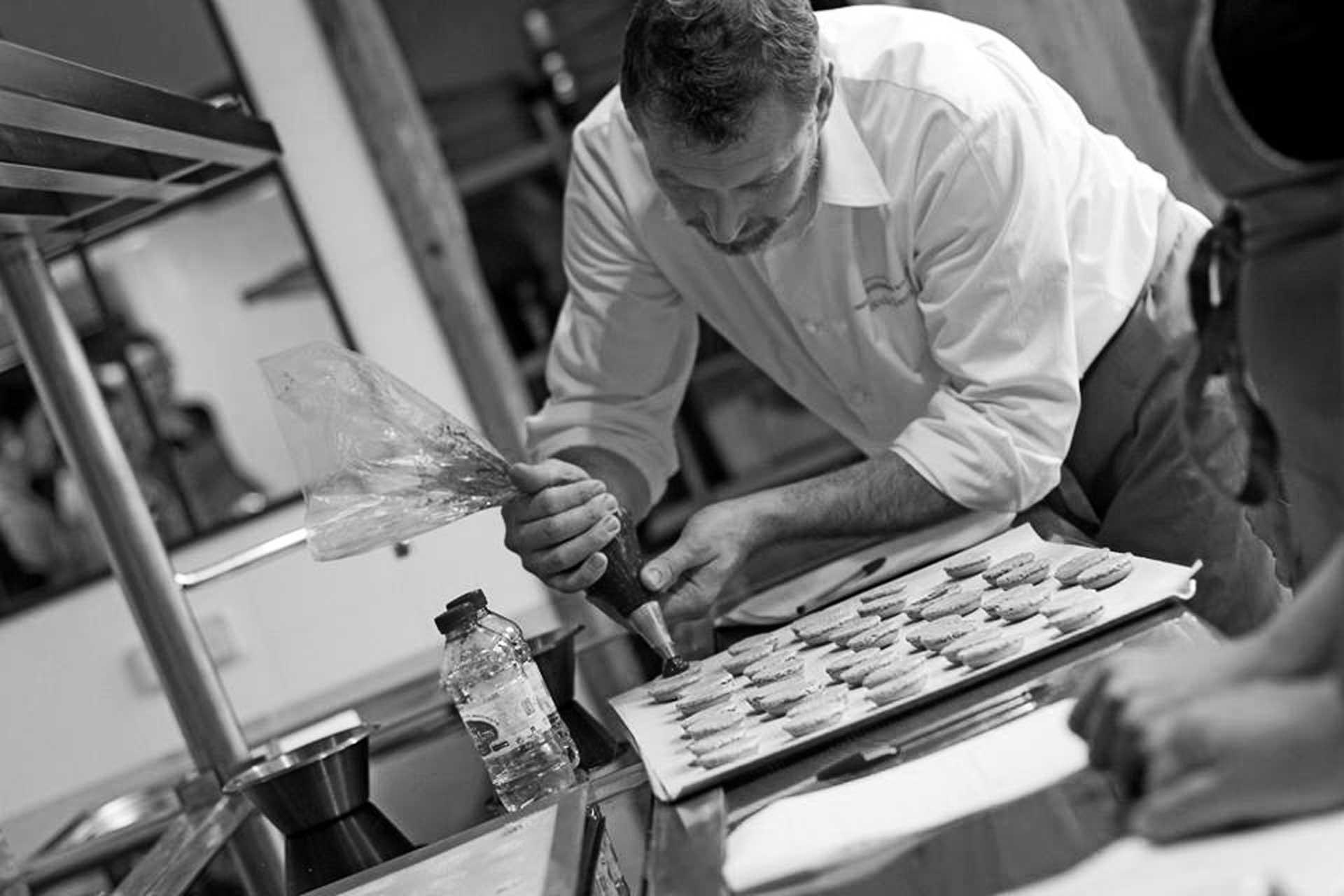 photo-bon-cadeau-nicolas-denis-chef-patissier-macaron-magnanerie-seillans-provence-var